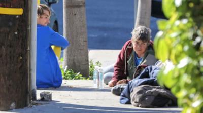 Justin Bieber pasa la tarde con unos mendigos acostados en una vereda