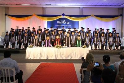 Universidad lanza 105 nuevos egresados al mercado laboral