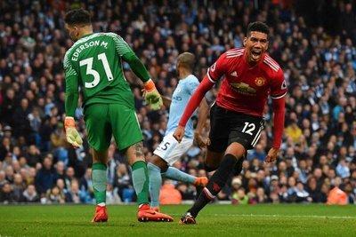El United se lleva al derbi y aplaza el título del City
