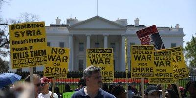 Manifestación contra ataque aéreo frente a la Casa Blanca