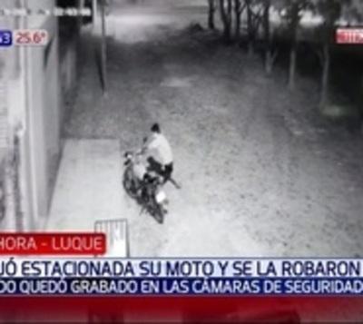 Circuito cerrado capta momento en que roban una moto