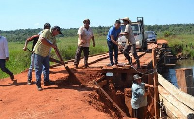 Colonos reparan puente ante inacción del MOPC