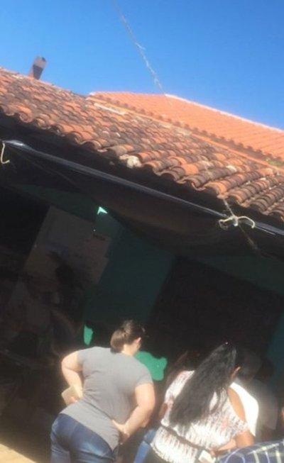 Parte de techo cae en medio de votación