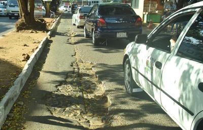 Avenida Julio César Riquelme minada de enormes baches