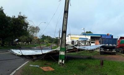 HOY / Columnas caídas, cortes de energía y destrozos en Ypacaraí