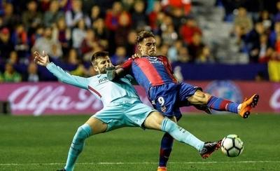 HOY / El modesto Levante deja sin invicto al Barcelona