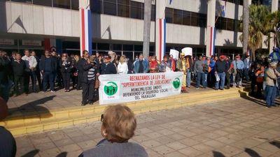 Funcionarios de la ANDE protestan contra Ley de Superintendencia de Jubilaciones