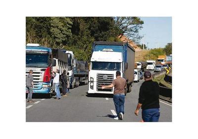 Camioneros de Brasil cierran rutas  por alza de combustible