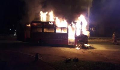 HOY / Bus de la Línea 28 se incendió cerca de la Conmebol