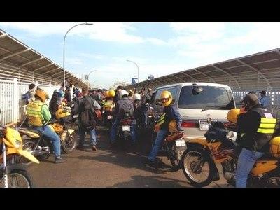 Mototaxistas brasileños bloquean Puente de la Amistad