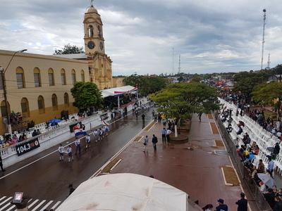 Tradicional desfile bajo lluvia
