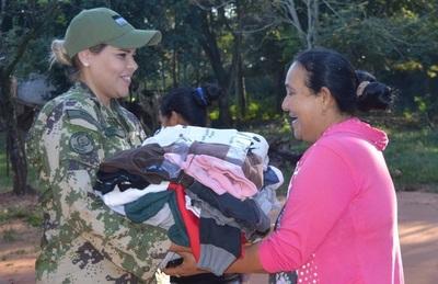 Humildes familias de Arroyito reciben abrigos de militares