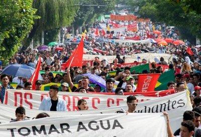 Miles de salvadoreños protestan contra la privatización del agua