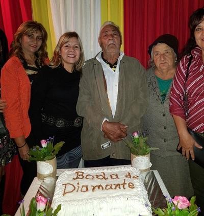 Pareja festeja bodas de diamante