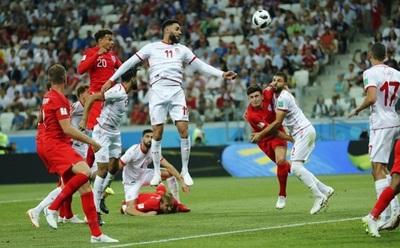 Sufriendo, Inglaterra vence con doblete de Kane