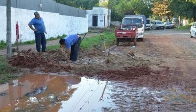 Arreglan tubería rota luego de generar laguna en plena calle de Lambaré
