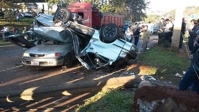 Cuatro heridos en accidente que dejó un auto sobre otro