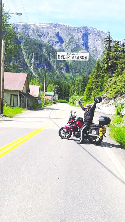 Joven paraguayo llegó a Alaska en motocicleta