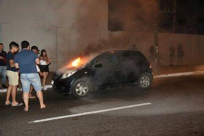 Salvan de incendio a vehículo