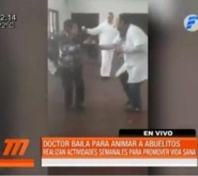Doctor bailarín renueva el espíritu de abuelitos