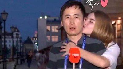 Chicas rusas besan todo a un periodista