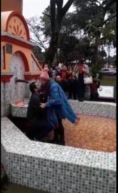 """VIDEO: Pidió matrimonio en la """"Fuente de los Enamorados"""" y se hizo viral"""
