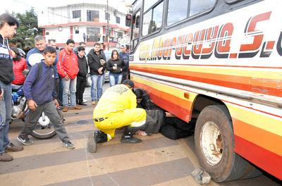Irresponsable chofer de bus casi mata a un motociclista