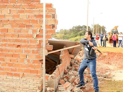 Brítez, Prieto y vecinos derrumbaron casa construida en vereda de Avda. Perú