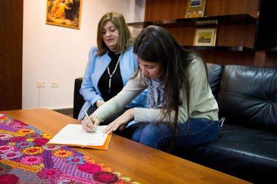 Fiscalía contrata a la joven que dedicó su título a su padre albañil