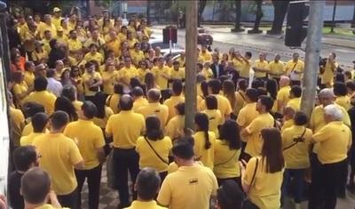 """VIDEO: Con """"enjambre amarillo"""" despiden a Aldo Zucolillo"""