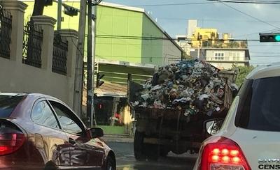 """HOY / Camión de la Municipalidad """"riega"""" con agua podrida y basura el centro"""