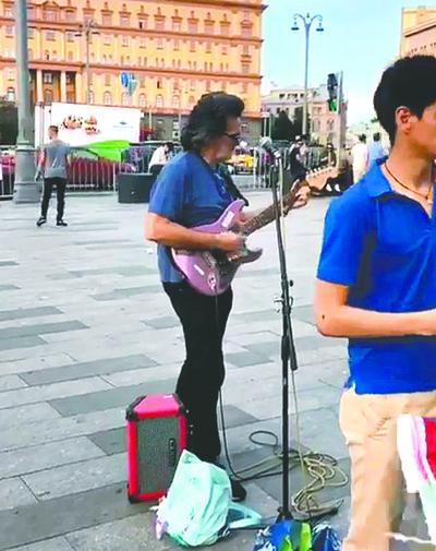 Emilio cantó en la plaza de Rusia