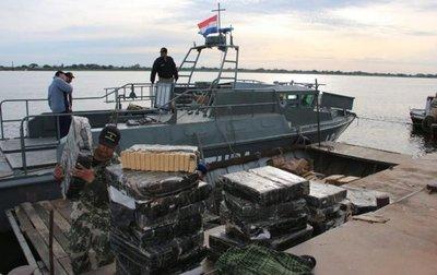 Interceptan cargamento de droga en medio del río y atrapan a siete narcos