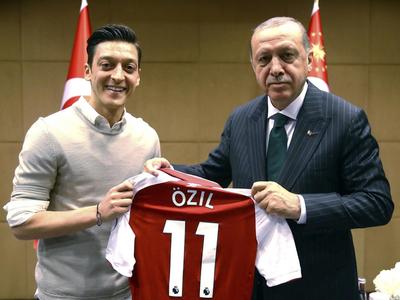 Mesut Ozil se retira de la selección alemana