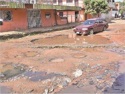 Calles que rodean el Abasto, minadas de baches, caños rotos y efluentes
