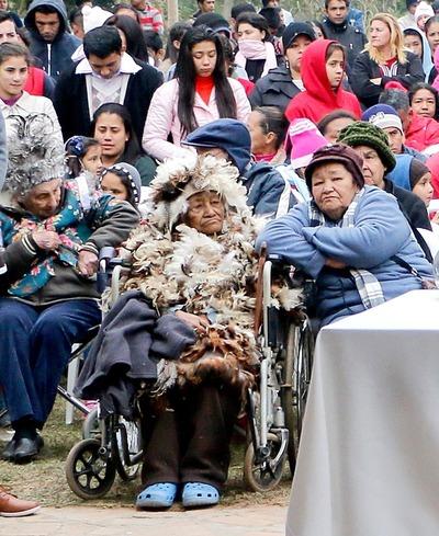 Abuela guaicurú pagó su promesa con traje de plumas