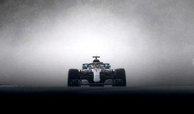 Hamilton se exhibe y Sainz se reivindica bajo la lluvia