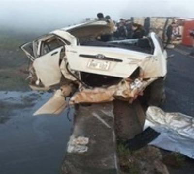 Itapúa: Tres vehículos y un camión involucrados en grave accidente