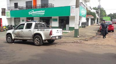 Bandidos toman por asalto una farmacia y roban dinero y armas