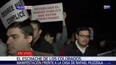 Manifestantes están frente a la casa de Desirée Masi para escrachar