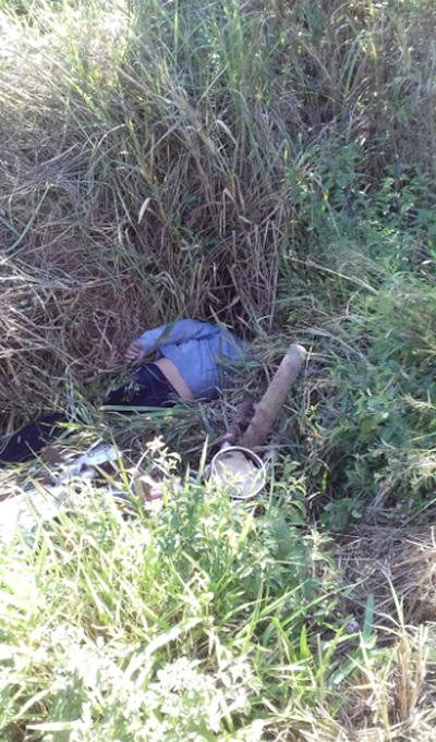 Hallan muerto a motociclista en una cuneta al costado un camino vecinal