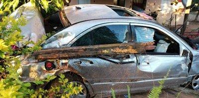 Terminó en el patio de una casa ajena luego de rozar un vehículo