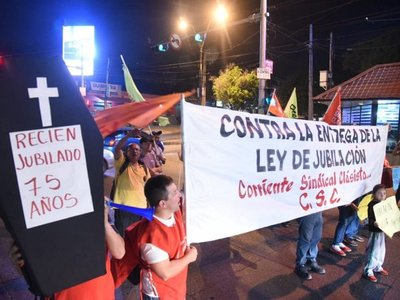 Realizan protesta en contra de ley de jubilaciones