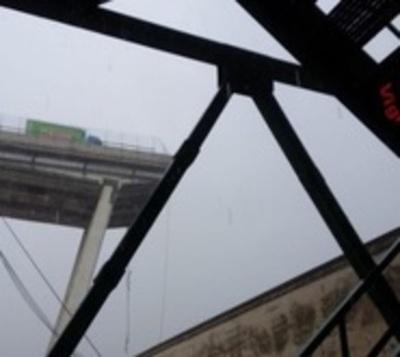 Tragedia en Italia: Puente se desploma y vehículos caen al vacío