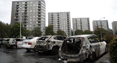 Suecia: Incendio daña cerca de 80 vehículos