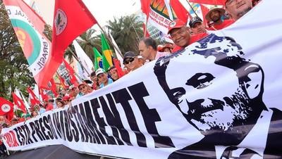 Un Lula preso y deshabilitado es registrado como candidato a presidente en Brasil