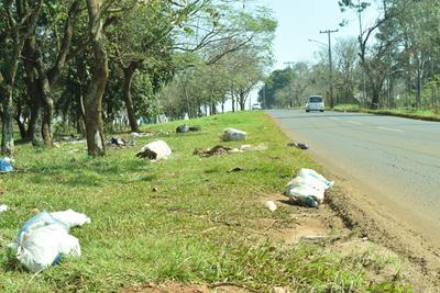Tiran basura en paseos centrales de ruta VII