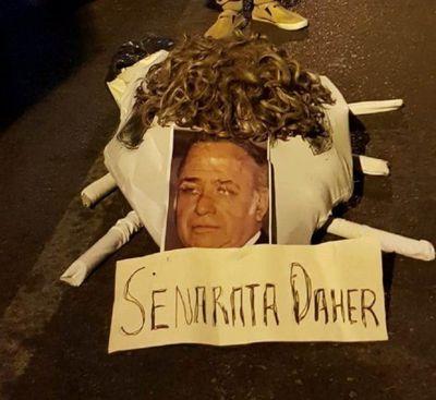 Queman rata con el rostro del senador Óscar González Daher