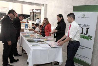 Exposición de libros atrae a profesionales del derecho