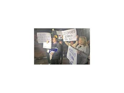 Ciudadanos siguen con escraches a  Portillo y exigen que renuncie
